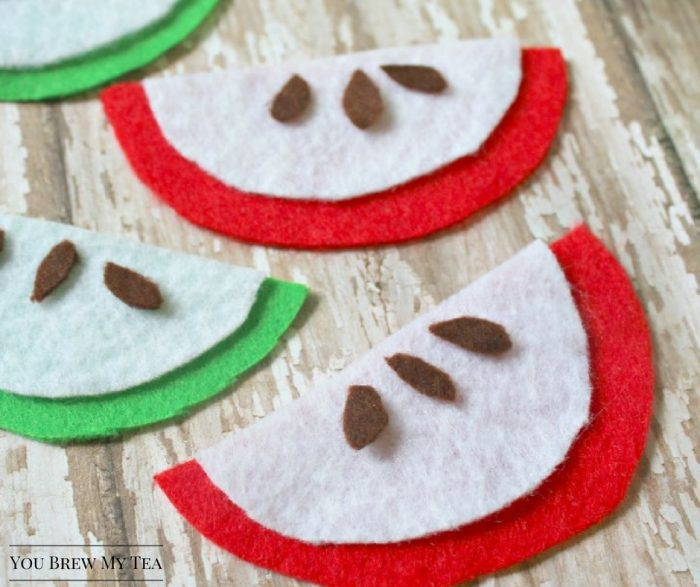 Felt Crafts are a great homeschool craft idea to include for fun and learning!  These easy apple slices are perfect for Apple Unit Studies and fun craft time with kids!